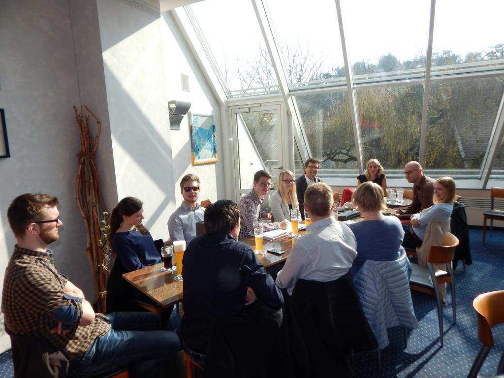 Die Junge Union diskutiert im Café Bredl mit der Jugendbeauftragten Renate Wasmeier über Politik für die Jugend